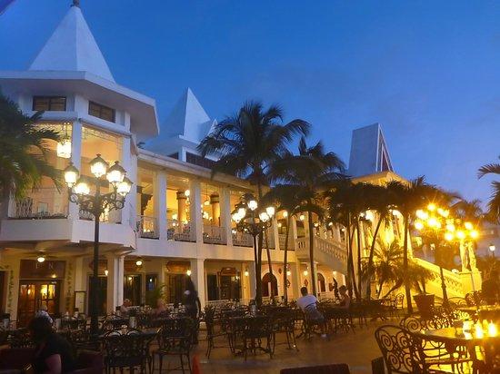 Hotel Riu Palace Tropical Bay: NIghfall at the Riu