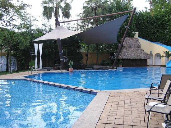 Hotel Ciudad Real Palenque : PISCINA DELL'ALBERGO CON RISTORANTE