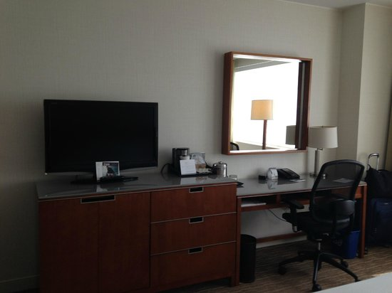 The Westin Edina Galleria: TV and desk area
