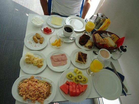 Lenikos Resort: une table bien remplie pour un bon petit dejeuner équilibré pour bien commencer la journée :D