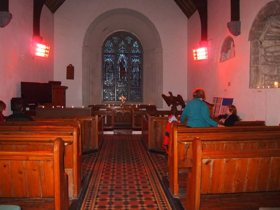 Tuamgraney, Irlandia: inside of church with the heaters on to take the chill off an old building