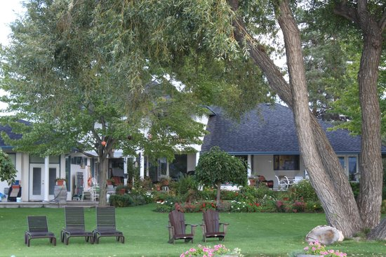 Lakeshore Bed & Breakfast: View of B&B from the beach