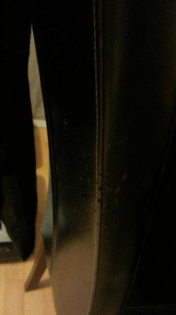 Zenitude Hôtel-Résidences L'Acacia: griffures de chat sur la chaise