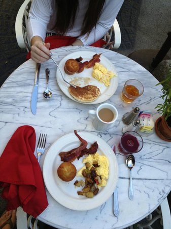 Ayres Hotel & Suites in Costa Mesa - Newport Beach: Le Chateau complimentary breakfast!
