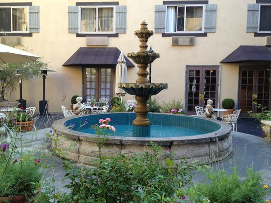 Ayres Hotel & Suites in Costa Mesa - Newport Beach: Beautiful Le Chateau Courtyard