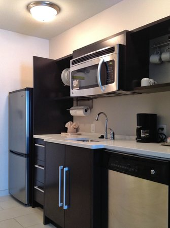 Home2 Suites by Hilton Columbus: kitchen - everything is here - even utensils and a collander