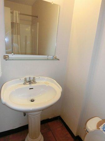 Budget Inn & Suites at the Falls - Niagara: Salle de bain
