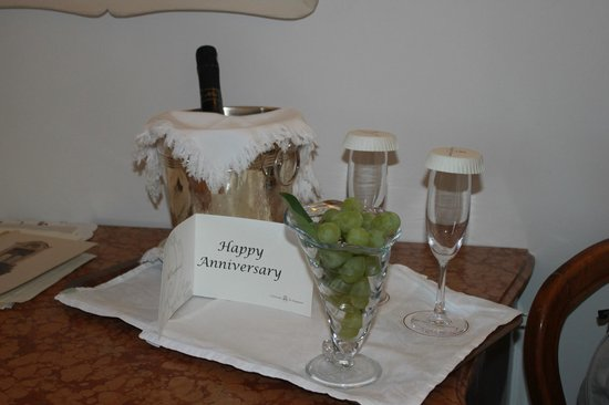 Hotel Palazzo Murat: A nice touch on arrival.  The prosecco was excellent!