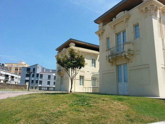 Hotel Villa de Betanzos: Trasera del Hotel y jardin