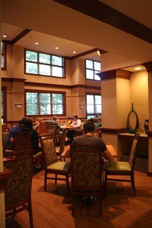 Hampton Inn & Suites North Conway: Breakfast area.
