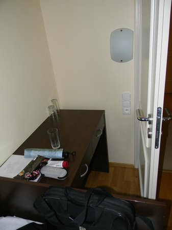 Hotel Trevi: Why is this desk behind the door and so inaccessable?