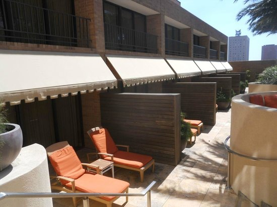 Four Seasons Hotel Houston: Rooms at the poolside