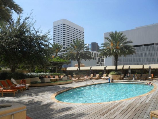Four Seasons Hotel Houston: Pool south-west ward view