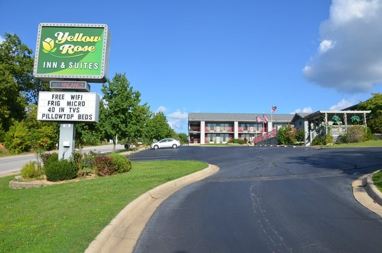Branson Yellow Rose Inn and Suites : Yellow Rose sign at driveway entrance