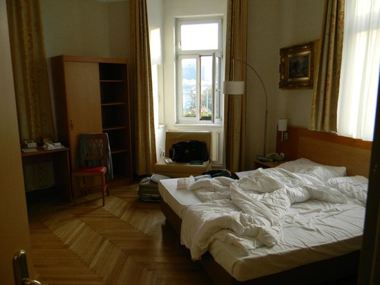 Boutique Hotel Donauwalzer: the room we got on the 3rd floor. what a difference