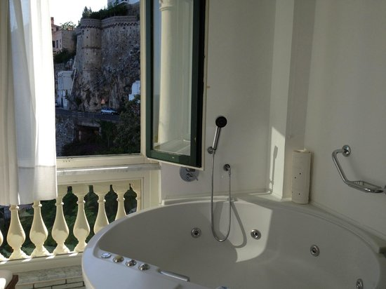Santa Caterina Hotel: Deluxe Room with window in bathroom