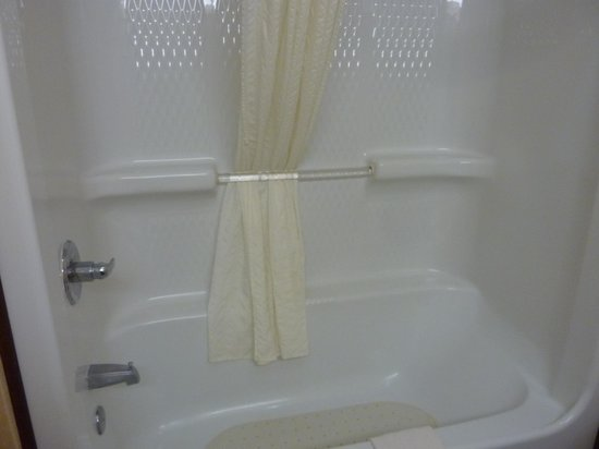 Country Inn & Suites By Carlson, Elkhart North: bathtub