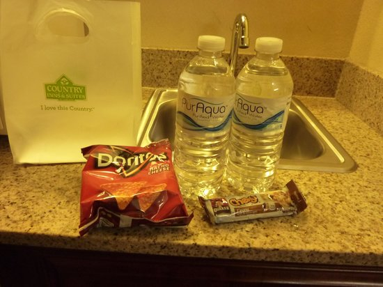 Country Inn & Suites By Carlson, Elkhart North: snack and water in room- nice touch