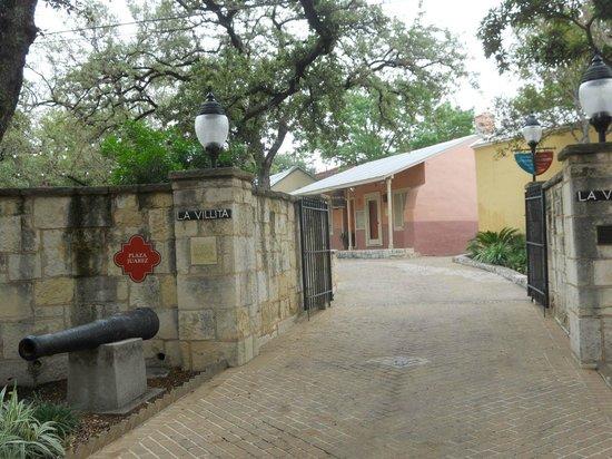 La Villita Historic Arts Village: Entrance from the Riverwalk side