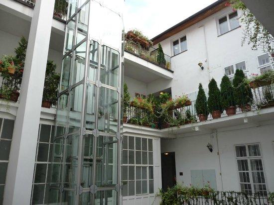 Hotel Salvator : Internal courtyard and lift