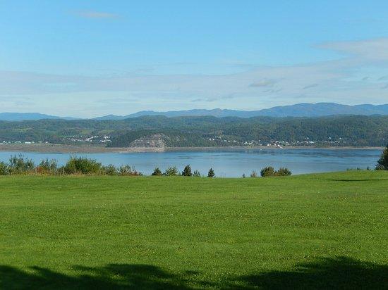 Gite a la Vieille Ecole : Vue sur le Saguenay à l'arrière de la maison