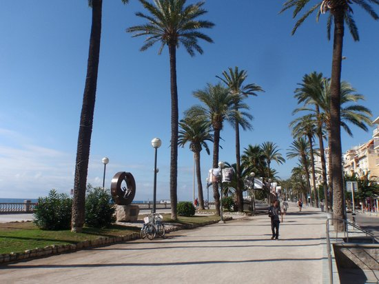 Hotel Calipolis: typical view of Calle de la Ribera and esplanade