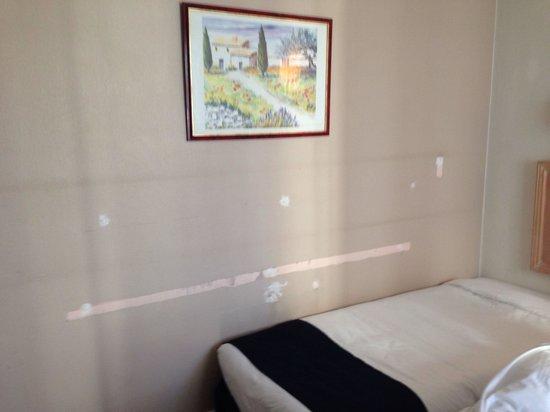 Hotel Garden Opera: Bedroom wall - scuffs/stripped paint/marks