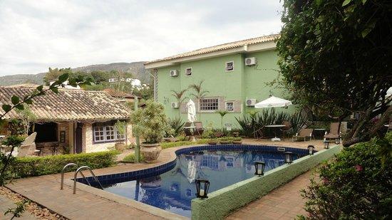 Pousada Villa Allegra : Área da piscina e decks