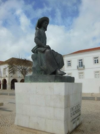 Église de Santa Maria : The statue of Prince Henry the Navigator in the main square