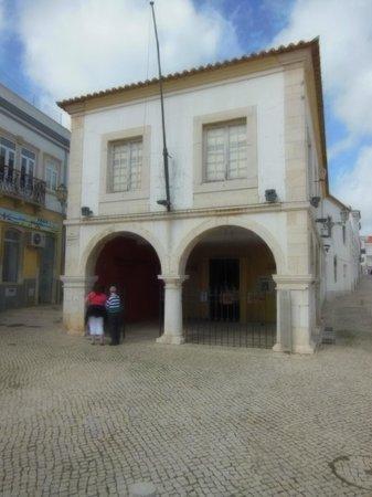 Église de Santa Maria : The slave market arches can still be seen across from Santa Maria