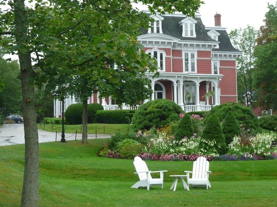 Blomidon Inn: September view of the front of the property