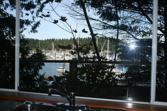 Page's Resort and Marina: Page's Resort: Kitchen view of the bay from Cottage 1.