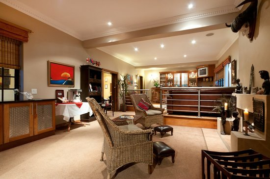 Cape Flame Guest House : Lounge & fireplace