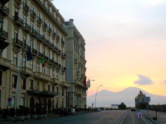 Grand Hotel Santa Lucia: hotel at dawn with Vesuvius