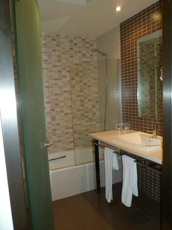 Elba Costa Ballena Beach Hotel: baño espacioso