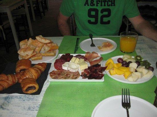 Hotel El Cau de Papibou: Continental breakfast