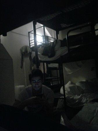 London Eye Hostel: Vista de la habitación con una sola ventanita