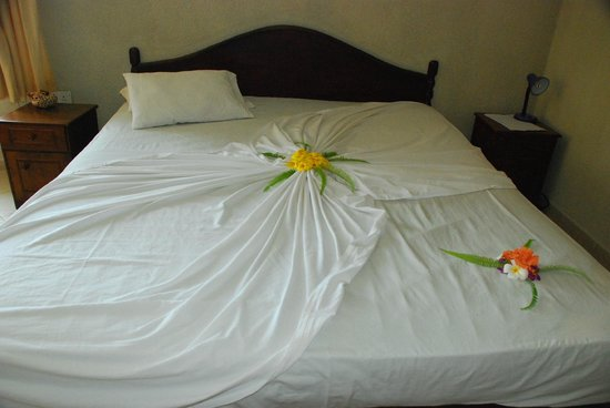 Oasey Beach Hotel: Каждый день цветочные узоры на постели были разные
