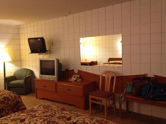 Hutch's Motel: Odd decorating furnishings include 2 TV's and former headboards attached to wall with other furn