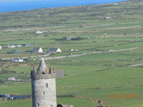 Doonagore Farmhouse: Doonagore Castle