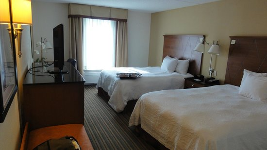 Hampton Inn Hampton-Newport News: Our room from the door