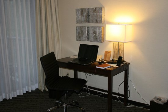 The Valley River Inn: Desk Area