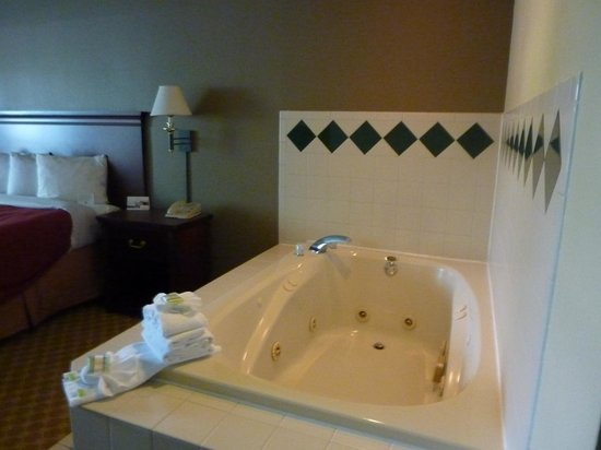 Country Inn & Suites By Carlson, Milwaukee West (Brookfield): possessed jacuzzi