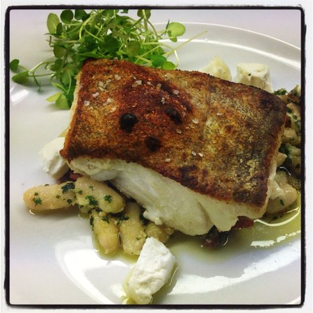 L'Experience: Pan fried cod on haricot beans, crispy bacon & goats cheese