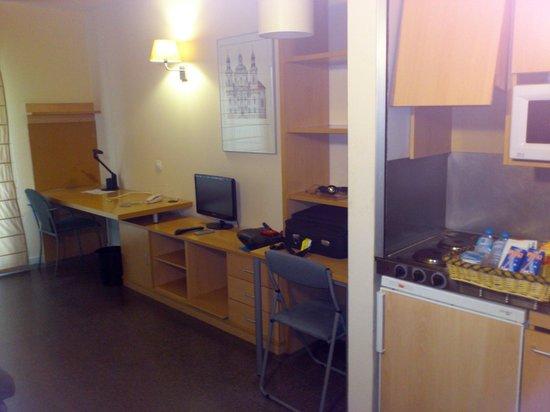 Residencia Universitaria Campus del Mar: Cocina y salón de la habitación
