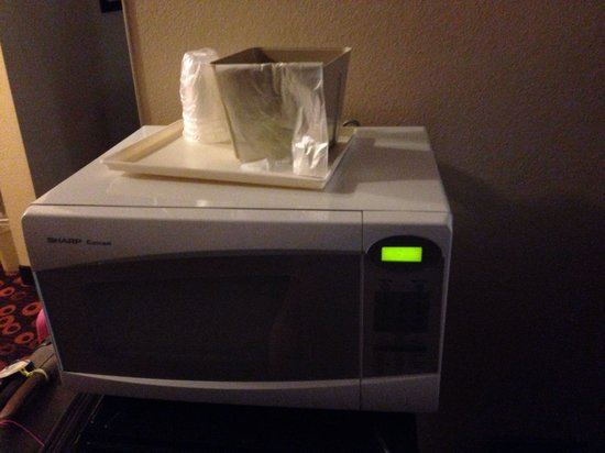 Econo Lodge Inn & Suites: Microwave