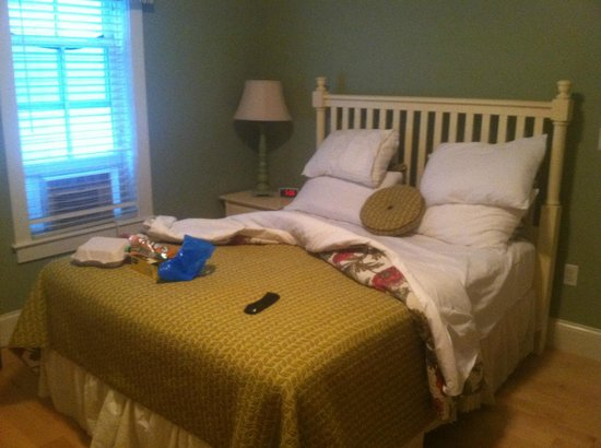 Atlantic House Inn: queen bed