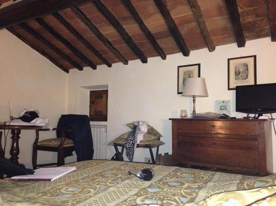 Relais Vignale: attic room with a port hole of a window