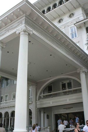Moana Surfrider, A Westin Resort & Spa: front of hotel