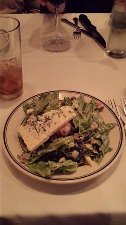 Kaminski's Chop House: Great Salad with a slice of Blue cheese.